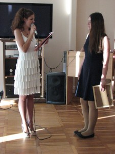 Ирина Аветисян получает приз за проект о Разгуляевке